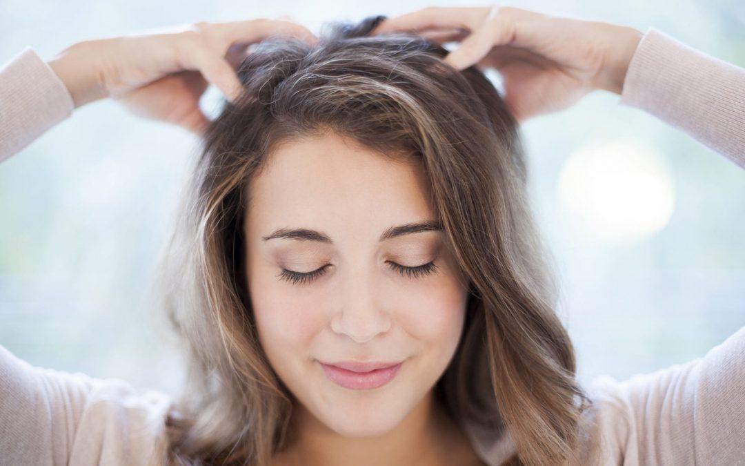 Paprastas ir efektyvus plaukų ir galvos odos masažas namuose